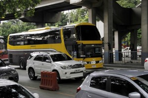 P2P double deck bus in EDSA: A Point-to-Point (P2P) double deck bus travels along the stretch of the EDSA Santolan southbound lane on Thursday (October 13, 2016). The bus is one of the 14 P2P buses plying the Trinoma-Makati (Glorietta 5) route which were launched in a bid to reduce travel time of commuters. (PNA photo by Avito C.Dalan)