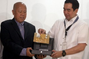 Comelec chairman Andres Bautista (R) hands BSP deputy governonr Vicente Aquino on Wednesday, January 27, a sealed and signed envelope containing the first set of source codes to be used in the upcoming automated national elections. (MNS photo)