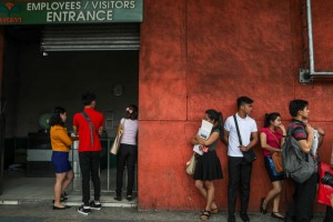 Job applicants wait in line outside a shopping mall in Manila, Tuesday. The Department of Labor and Employment (DOLE) warned companies of possible closure or cancellation of their license to operate if they fail to address labor contractualization or end-of-contract policies in their work force..(MNS photo)