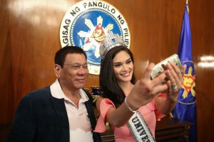President Duterte has a selfie with Miss Universe 2015 Pia Wurtzbach after a courtesy call at the Malacanan Palace on Monday. Wurtzbach, representatives of Miss Universe, and Tourism Secretary Wanda Teo discussed the possibility of holding the 2016 Miss Universe in the Philippines. (MNS photo)
