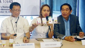 Cigarette packs with graphic health warnings: Anna Kapunan (center), spokesperson of Katipunars PSLINK, an association of nurses, shows samples of cigarette packs with graphic health warnings during a press briefing on Saving Lives Through the Full Implementation of the Graphic Health Warnings Law held at Max's Restaurant, Quezon Memorial Circle, Quezon City on Wednesday (Oct. 19, 2016). With her in photo are (from right): Jorge Banal, president, Federation of Senior Citizens Associations of the Philippines; and Engr. Emer Rojas, president, New Vois Association of the Philippines. The World Health Organization (WHO) recommends graphic health warnings and higher taxes on tobacco products as two of the most effective ways to stop people from smoking. (PNA photo by Johnny D. Guevarra)