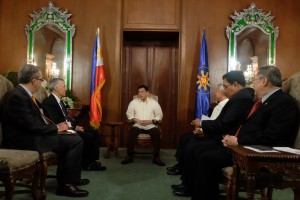 President Rodrigo R. Duterte welcomes US Ambassador Philip Goldberg and Deputy Political Counselor Matthew Cenzer at the Music room in Malacañan Palace on July 19. Also in the photo are Foreign Affairs Secretary Perfecto Yasay, National Security Adviser Hermogenes Esperon and Finance Secretary Carlos Dominguez.(MNS photo)