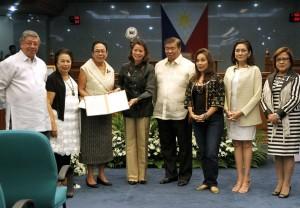 SENATE RESOLUTION: Senate President Franklin M. Drilon (4th from right) presents a Senate resolution expressing its sympathy and sincere condolences to the family of former Senator Helena Z. Benitez, during a necrological service at the Senate, July 19, 2016. Benitez died at the age of 102. In photo are Benitez's family, led by her niece, Petty Benitez-Johannot (fourth from left), Commission on Higher Education chair Patricia B. Licuanan (3rd from left), and (from right) Senators Leila De Lima, Risa Hontiveros, and Loren Legarda.(MNS photo)