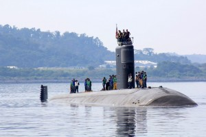 The USS Topeka (SSN-754), a Los Angeles-class attack submarine, prepares to dock at the Alava pier of Subic port in Zambales Tuesday, for a three-day port stop. Subic Naval Base is one of the agreed locations that the US government identified as part of the Enhanced Defense Cooperation Agreement. (MNS photo)