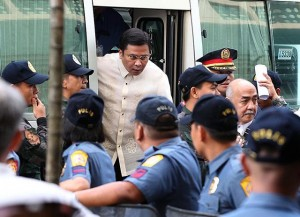 Senator Jinggoy Estrada arrives at the Sandiganbayan in Quezon City on Monday, June 30, for his arraignment over the plunder charges filed against him and businesswoman Janet Lim-Napoles in connection with the alleged P10-B pork barrel scam. (MNS photo)