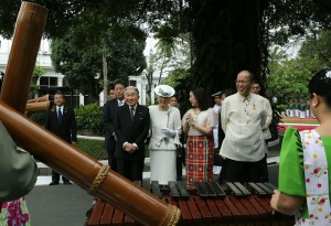 "-- President Benigno S. Aquino III welcomes Japan's Emperor Akihito and Empress Michiko at Malacañang Palace. The Japanese Imperial couple arrived at about 10:30 a.m. and was greeted by the President and presidential sister Aurora Corazon ""Pinky"" Aquino-Abellada. After the welcome ceremony, President Aquino introduced his Cabinet members to Emperor Akihito and Empress Michiko. (MNS photo)"