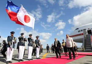 President Benigno S. Aquino III welcomes Japanese Emperor Akihito and Empress Michiko on their arrival in Manila Tuesday (January 26) for a five-day State Visit to pay their respects for those who lost their lives here during World War II and to promote international goodwill. (MNS photo)