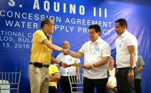 President Benigno S. Aquino III receives a copy of the concession agreement from BulacanGovWinhelminoSy-Alvarado for the Bulacan Bulk Water Supply Project at the Atis Function Hall of the BarCie International Center in Catmon, Malolos City, Bulacan on Friday (January 15). The concession agreement will undertake the detailed design, construction, and maintenance of the conveyance facilities, treatment facilities and water source within a 30-year concession period. (MNS photo)