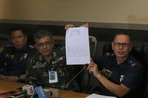 24kidnap.jpg -- Eastern Mindanao Deputy Commander Col. Harold Cabreros and police Chief Supt. Frederico Dulay show an artist's sketch of one of the Samal Island kidnapping suspects during a media briefing in Davao on Wednesday. Motorized boats used during the kidnapping were recovered but abductors remain unidentified.(MNS photo)