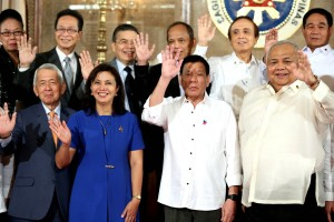President Rodrigo R. Duterte and members of his Cabinet wave during a photo session at the Rizal Hall in Malacañang on Monday (Oct. 3, 2016). (MNS photo)