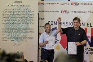 -- Vice President Jejomar Binay and Sen. Gringo Honasan show their certificates of candidacy at the Commission on Election in Manila on Monday, the first day of filing of COCs.  Binay and Honasan will run under the United Nationalist Alliance (UNA) for the 2016 election.(MNS photo)