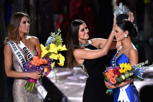 Miss Philippines Pia Alonzo Wurtzbach (right) reacts as she is crowned the 2015 Miss Universe after a gaff by the emcee, Steve Harvey, announcing Miss Colombia Ariadna Gutierrez (left) as the winner on Sunday (Monday Manila time) at the 2015 Miss Universe Pageant in Las Vegas, Nevada.(MNS photo)