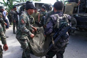 Members of the Philippine National Police carry the body of one of the members of the Special Action Force slain in fighting Mamasapano town, Maguindanao on Monday. More than 30 have been reported killed from the government side following a clash with Muslim rebels. (MNS photo)