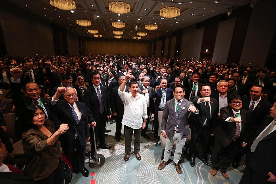 President Rodrigo Duterte and his delegation pose with the Filipino community in Japan at the Palace Hotel in Tokyo on Tuesday, October 25, 2016. (MNS photo)