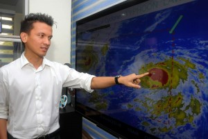 "PAGASA Weather forecaster Aldczar Aurelio points to the eye of Typhoon ""Lawin"" during a press conference on Tuesday. Lawin (International name Haima), which entered the Philippine Area of Responsibility Monday afternoon, is predicted to make landfall in Cagayan province on Thursday morning. (MNS photo)"