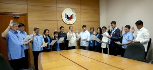 PIMENTEL ADMINISTERS OATH TO NEW S.E.N.A.D.O. OFFICERS: Senate President Koko Pimentel (8th from right) administers the oath of office to the newly elected officers of the Samahan ng mga Empleyadong Nagkakaisa Sa Adhikain Ng Demokratikong Organisasyon (S.E.N.A.D.O.), Tuesday, October 18, 2016. In photo are (from left), Pedro Tolentino, Jun Nicolas, Jr., Joseph Maico, Ollie Sulit, Ditas Ampa, Jocelyn Tomarong Celda, Atty. Joseph Babia (President), Joyce Dela Cruz, Maryjane Uskaner, Caloy Begino, Daks Millamena (Vice-President), Pedro Samaniego, and Roger Pacete. (MNS photo)